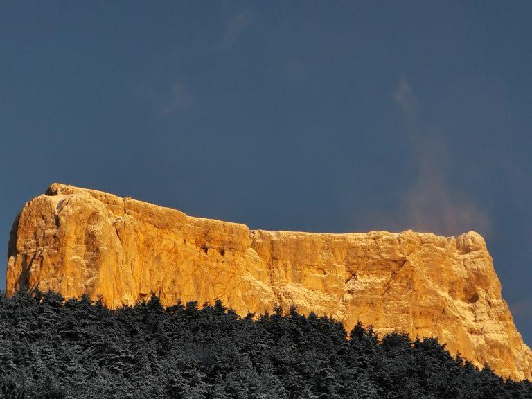 Le mont aiguille avec le soleil tapant