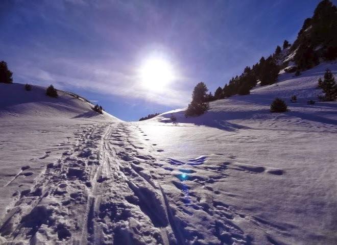 Piste de ski avec soleil en arrière plan